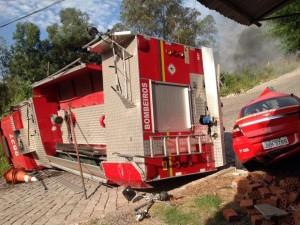 Caminhão de bombeiros tombou durante ocorrência em Caxias do Sul (Foto: Vânia Cassol/Rádio São Francisco)