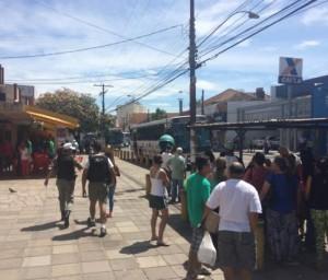 Na Avenida Azenha, dois PMs atendiam uma ocorrência nesta manhã Foto: Felipe Daroit / Gaúcha