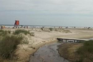 Na terça-feira, a prefeitura retirou a torre de número 32 de Areias Brancas Foto: Marcos Lewis / Divulgação