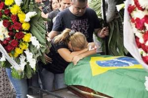 Enterro do sargento da polícia militar, Maurício Pedro da Silva, 44 anos, do 14º BPM (Bangu), no Cemitério Jardim da Saudade, em Sulacap, Zona Oeste do Rio de Janeiro (RJ), na manhã deste domingo (23). O policial foi morto durante abordagem a bandidos na rua Pinto da Fonseca, um dos acessos a Favela do Curral das Éguas, em Magalhães Basto. Arion Marinho/Futura Press