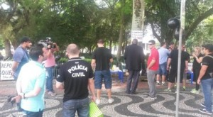 Protesto ocorreu na Praça da Matriz, em Porto Alegre | Foto: Eduardo Paganella / Rádio Guaíba / Especial / CP
