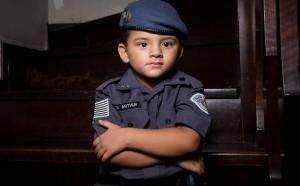 Arthur, 4, ganhou farda da mãe em homenagem ao pai, que é policial e está com câncer