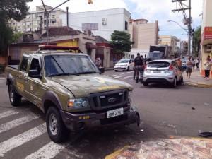 Colisão ocorreu na esquina da Visconde com Andradas. Uma pessoa ficou ferida. Trânsito lento no local (Foto: Divulgação)