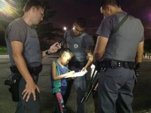 Policiais militares ajudam menino a fazer deveres de casa quase todo dia (Foto: Divulgação / Polícia Militar)