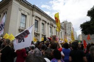Atrasos de salários geram protestos de servidores Foto: Fernando Gomes /Agencia RBS