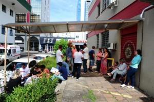 Para garantir uma das cerca de 70 senhas distribuídas diariamente, pessoas formam fila em frente aos bombeiros antes do atendimento iniciar Foto: Jonas Ramos / Agencia RBS