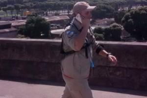 Bombeiro caminha da Ilha do Governador para ir ao trabalho no Quartel de Charitas, em Niterói