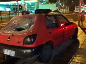 Carro utilizado na fuga dos assaltantes foi abandonado a 2 km de supermercado (Foto: Zete Padilha/RBS TV)