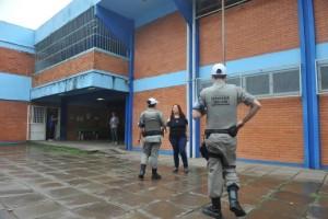 Brigada Militar foi acionada para proteger professores na Escola Estadual Érico Veríssimo | Foto: Mauro Schaefer