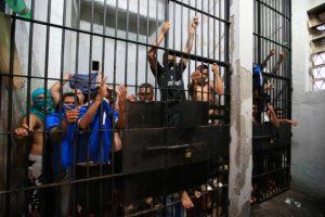 Em janeiro, presos se amontoavam nas celas da área judiciária do Palácio da Polícia, em Porto Alegre Foto: Jefferson Botega / Agência RBS