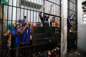 Cela do Palácio da Polícia, em abril deste ano, estava abarrotada de presos, o que é proibido Foto: Jefferson Botega / Agencia RBS