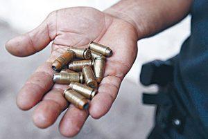 PMs mostram munição que trava a arma após primeiros disparos, o que os deixa em desvantagem em relação aos bandidos, que têm armas potentes Foto: João Laet / Agência O Dia