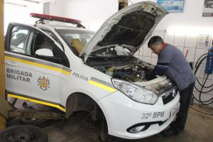 Foto: Juarez Machado/GES  Mecânico e engenheiro elétrico, Daniel Webber, se empenha no conserto de viatura da BM de Sapiranga