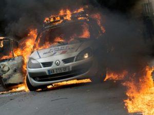 Viatura é incendiada durante contramanifestação em Paris Cyrielle Sicard
