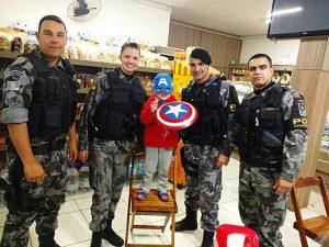 O Capitão América Marco Antônio pediu pra tirar foto com seus colegas heróis, lá em Capão da Canoa. Parabéns, policiais militares, a Brigada Militar fica orgulhosa de seus heróis do dia a dia!