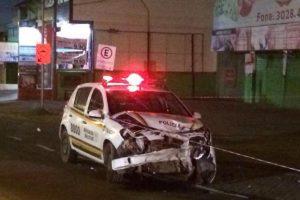 Criminosos colidiram com viatura do 21º BPM Foto: Adriana Irion / Agência RBS