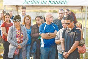 Parentes e amigos desolados durante o enterro do terceiro sargento do GAM, Eduardo Araújo de Souza Foto: Márcio Mercante / Agência O Dia