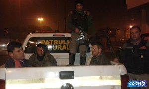 Momento da chegada dos patrulheiros rurais com os três acusados