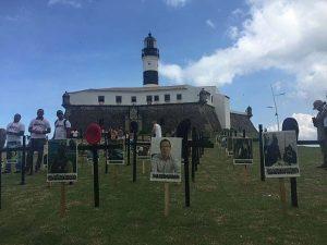 Grupo coloca cruzes na orla da Barra em protesto à morte de policiais na Bahia (Foto: Glauber Souza/Arquivo Pessoal)