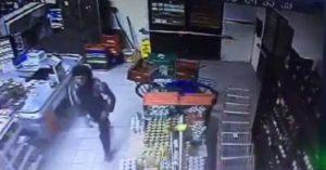 Ação do criminoso durante assalto em mercado no Menino Deus flagrada por câmeras Foto: Reprodução /Câmeras de segurança