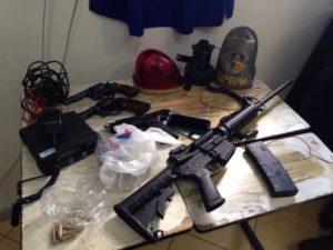 Armas foram localizadas dentro de veículo abandonado Foto: Divulgação /Brigada Militar