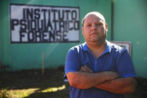 Funcionário da Susepe, Alan deixou de comprar carne e só compra roupas usadas Foto: Félix Zucco / Agencia RBS