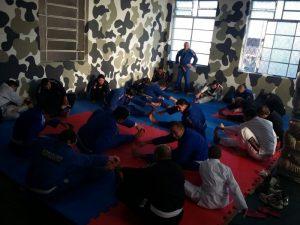 Policiais treinam no Centro de Treinamento de Jiu Jitsu e defesa pessoal do 4º Batalhão de Polícia Militar (BPM) em Pelotas; espaço foi inaugurado mês passado