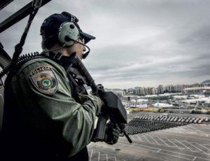SOB ATAQUE Um helicóptero da Polícia Rodoviária Federal sobrevoa o Parque Olímpico. Por causa da artilharia dos traficantes, o voo é feito apenas uma vez sobre favelas (Foto: Stefano Martini/ÉPOCA)
