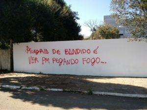 Com tinta vermelha, escrita foi feita no final de semana | Foto: Eduardo Cover Godinho
