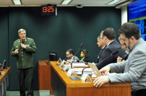 Gen. de Brigada Ivan Neiva Filho (em pé) disse que a revisão da norma sobre controle de armas já está em consulta pública