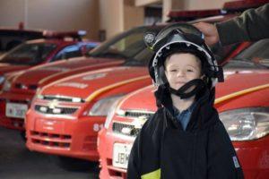 O menino vestiu a farda oficial dos bombeiros e conheceu as instalações do quartel  Foto: Jackson Cardoso / divulgação / divulgação