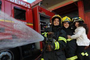 Para Paula Andressa, 16 anos, Anajúlia, 21, e Manuela, quatro, o pai é o maior exemplo de bravura Foto: Jonas Ramos / Agencia RBS
