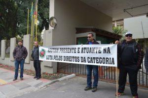 Faixa sclarece que protesto é pelo respeito ao direito dos servidores
