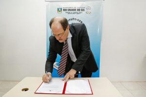 Sartori assinou autorização para 106 novas vagas no órgão | Foto: Daniela Barcellos / Palácio Piratini / CP