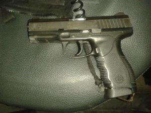 A proteção do gatilho da arma do policial evitou um ferimento mais grave (Divulgação / BM / A Razão)