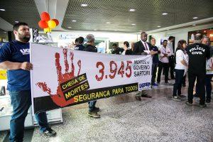 14/10/2016 - PORTO ALEGRE, RS - Bloco da Segurança Pública realiza ato no aeroporto Salgado Filho.  Foto: Maia Rubim/Sul21