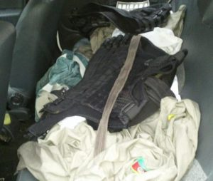 Fardas da BM e coletes estavam no banco traseiro de veículo Foto: Brigada Militar