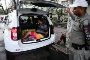 Algemados, presos são mantidos nos porta-malas das viaturas Foto: Ronaldo Bernardi / Agência RBS / Agência RBS