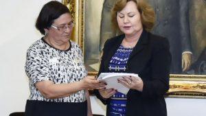 Helenir Schürer entrega o documento a presidente da Assembleia, deputada Silvana Covatti. (Foto: Guerreiro/ALRS)