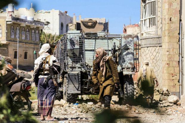 Homem do Comitê Popular de Resistência, que suporta o presidente Abedrabbo Mansour Hadi, no Iêmen
