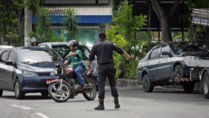 Até PMs de UPP foram credenciados para aplicar multas Foto: Luiz Ackermann / Agência O Globo