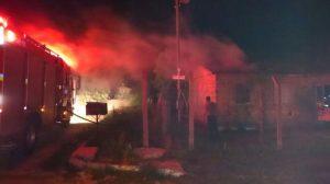 Casa do PM foi tomada pelo fogo enquanto família dormia Foto: Foto de ouvinte que preferiu não se identificar