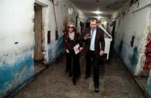 Juiz Sidinei Brzuska mostra o Presídio Central para Cármen Lúcia Foto: Luiz Silveira