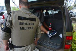 Presos ficam retidos em viaturas da BM enquanto aguardam vagas. Foto: Guilherme Testa/CP