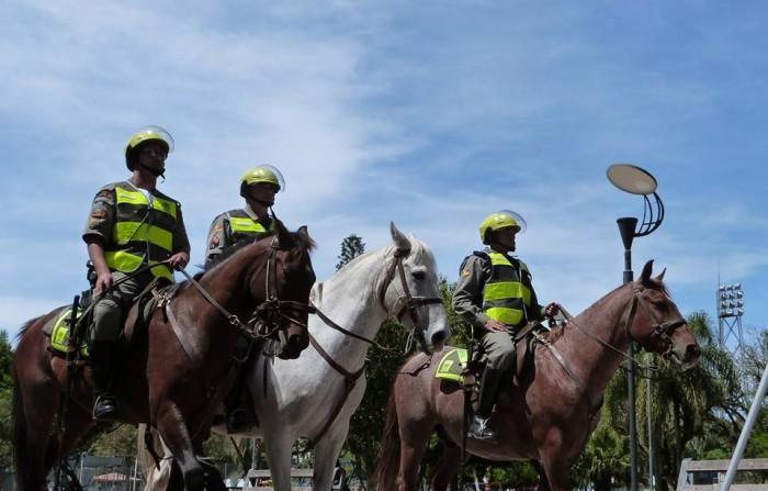 Imagem de arquivo mostra os policiais do Pelotão Montado da Brigada Militar; serviço utilizado principalmente para jogos de futebol, carnaval e outros eventos abertos de grande público foi desativado visando maior - Infocenter DP