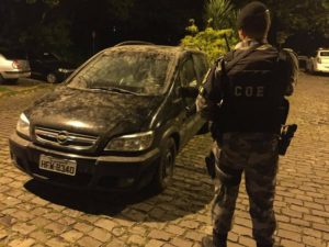 Carro blindado, armas e drogas foram encontrados no bairro Santa Fé. (Foto: Mauro Teixeira/RSCOM)