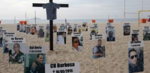 10dez2015-ong-rio-da-paz-faz-ato-na-praia-de-copacabana-no-rio-de-janeiro-rj-em-homenagem-aos-policiais-militares-mortos-em-2015-1449744543863_615x300