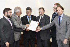 Projetos do Executivo foram entregues a integrantes da Assembleia Foto: Guerreiro / ALRS